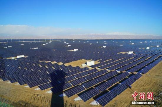 青海省海南藏族自治州共和县塔拉滩生态光伏发电园区。中新社记者 张兴龙 摄