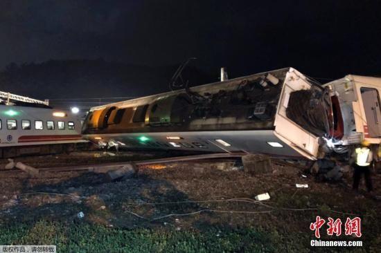 资料图:2018年10月21日拍摄的普悠玛列车出轨翻覆事故现场。