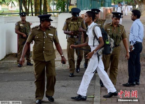 当地时间5月6日,科伦坡发生复活节袭击后,斯里兰卡全国各地的学校重新开学,学生们返校上课。