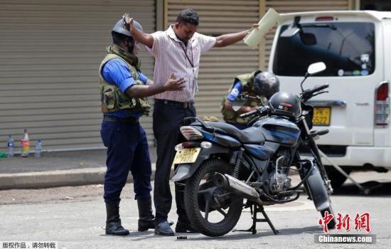 当地时间2019年4月25日,斯里兰卡士兵、警察在街头进行安检,搜查来往人员车辆。