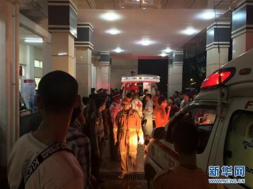 5月8日,在缅甸仰光国际机场附近的北奥卡拉帕医院,救援人员运送事故中的伤员。 新华社记者 庄北宁 摄