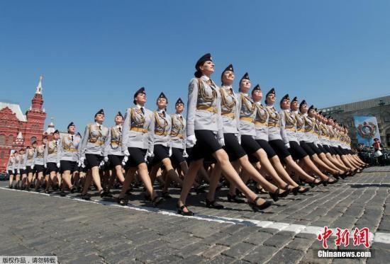 当地时间5月7日,俄罗斯莫斯科红场,俄罗斯举行庆祝卫国战争胜利74周年阅兵式彩排,俄罗斯女兵参加阅兵式彩排。