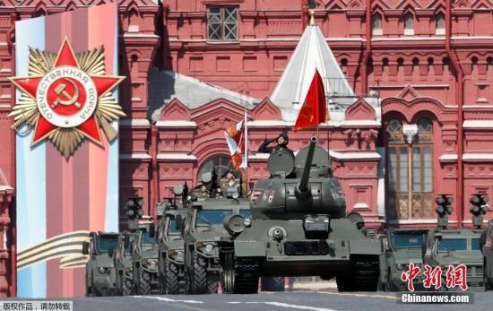 当地时间5月7日,俄罗斯莫斯科红场,俄罗斯举行庆祝卫国战争胜利74周年阅兵式彩排,二战主力T-34坦克引导军车入场。