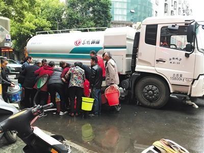 4月28日下午,在儒学路和龙门路交叉口,安陆城管部门的车辆向附近居民发放生活用水。陈耳生 摄