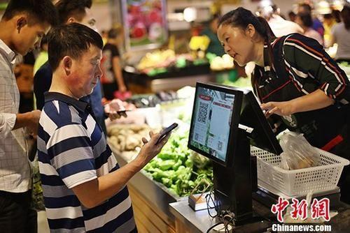 资料图:民众购物。 中新社记者 泱波 摄
