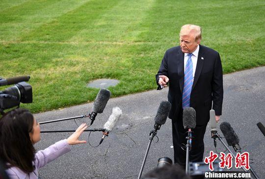 图为特朗普在出发赴路易斯安那州前接受记者采访。中新社记者 陈孟统 摄