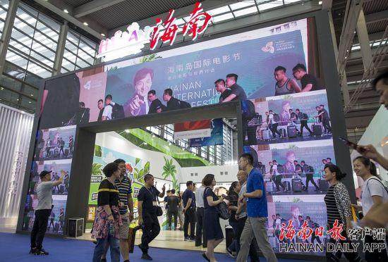 2019年5月16日,在深圳会展中心1号馆亮相的海南馆。今年海南馆两侧入口均为大面积的LED屏幕,通过视频动态展示海南自然风光及文旅资源。海南日报记者 宋国强 摄