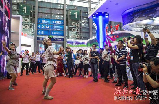 2019年5月16日,在海南展馆门口,具有鲜明海南特色的《红色娘子军》的舞蹈和音乐表演吸引了许多观众。海南日报记者 宋国强 摄