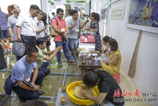 2019年5月16日,在海南展馆内,工作人员展示以海南红泥为基础原料的海南红泥陶瓷拉胚、上色等工艺过程。海南日报记者 宋国强 摄