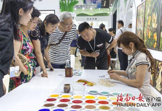 2019年5月16日,在海南展馆内,观众在观看被列为国家首批非物质文化遗产的景泰蓝制作技艺。海南日报记者 宋国强 摄