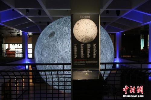 """资料图:当地时间4月25日,为纪念""""阿波罗11号""""成功登月50年,休斯敦自然科学博物馆展出""""超级大月亮""""。"""