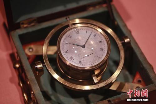 资料图:大英博物馆展品,达尔文环游世界时船上使用的计时器。 中新社记者 张亨伟 摄