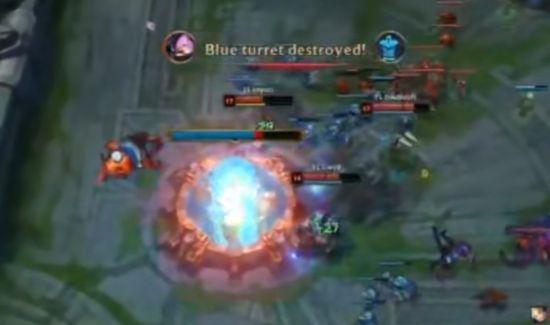 比赛视频截图。IG被对方攻上高地。
