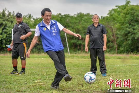 图为台湾屏东市市长林协松开球助阵。 洪坚鹏 摄