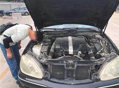 5月8日,人人车的线下评估师在对车辆进行检测。新京报记者 刘经宇 摄