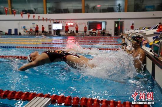 7月8日,傅园慧在泳池中训练。当日,国家游泳队在国家体育总局游泳训练馆举行公开训练课。中新社记者 韩海丹 摄