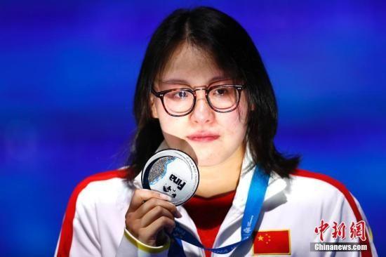 2017国际泳联世锦赛女子50米仰泳决赛,中国选手傅园慧以27秒15夺得亚军。中新社记者 富田 摄