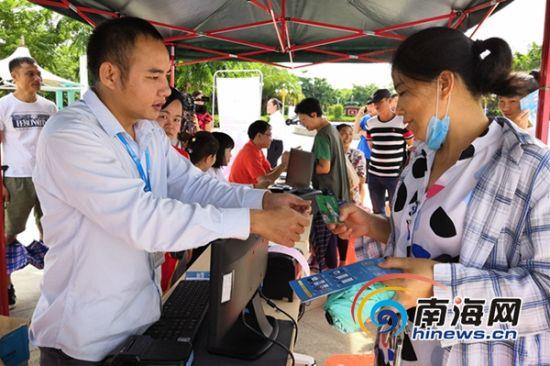 群众正在咨询了解乘车优惠等信息。南海网记者 叶子青 摄