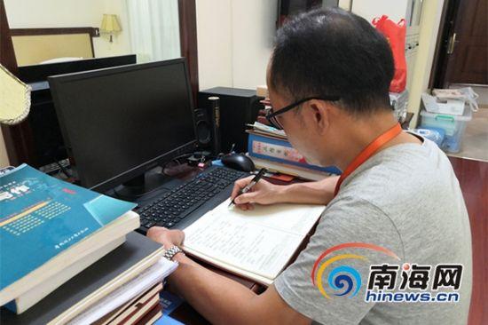 曾敏在宿舍的电脑桌前整理走访资料。南海网记者 叶子青 摄