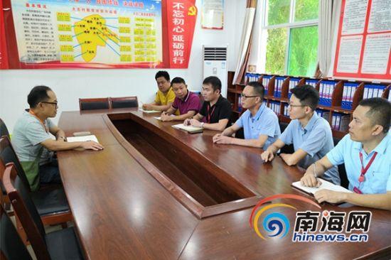 曾敏在大石村委会与村干部交流脱贫攻坚工作。南海网记者 叶子青 摄