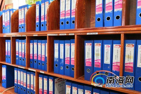 在曾敏的指导下,大石村委会的扶贫资料有序归档。南海网记者 叶子青 摄