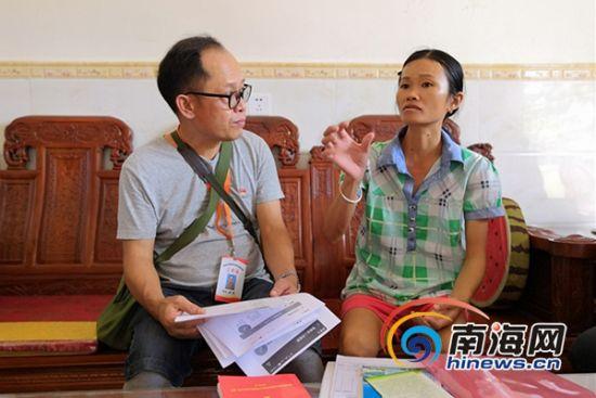 曾敏进村入户与贫困户交流。南海网记者 叶子青 摄
