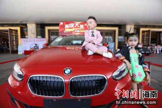 图为车展大奖――宝马汽车。