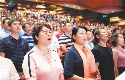 台上台下齐唱《歌唱祖国》《我和我的祖国》等经典歌曲。 宋国强 摄