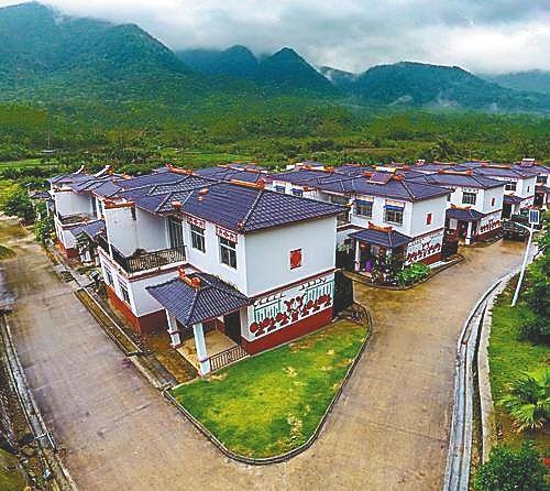 五指山市南圣镇永忠村富有黎族特色的民居。 本报记者 陈元才 摄