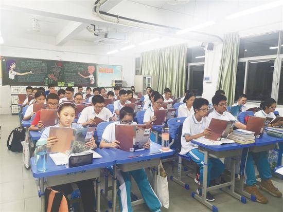 新学年开启后,海南中学高一学生学习新教材。通讯员 董新 摄