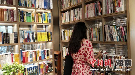 读者在凤凰九里书屋内阅读。王晓东摄
