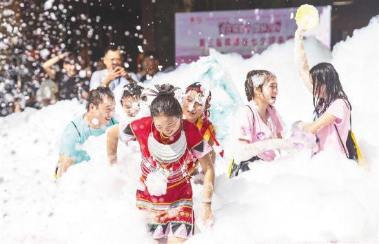 游客参加嬉水节活动。本报记者 武威 摄