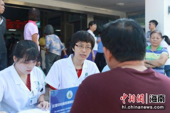 三亚中心医院睡眠心身医学中心开展义诊活动。李宏晖摄