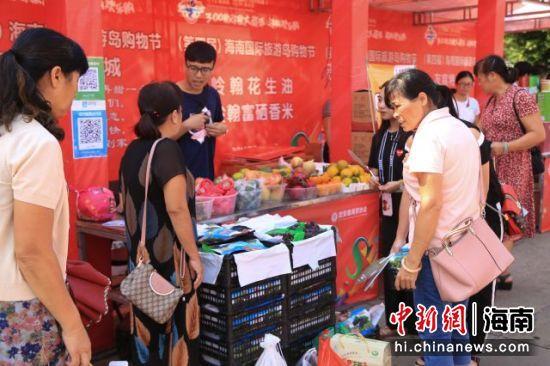 图为海南(定安)美食购物嘉年华吸引消费者驻足。
