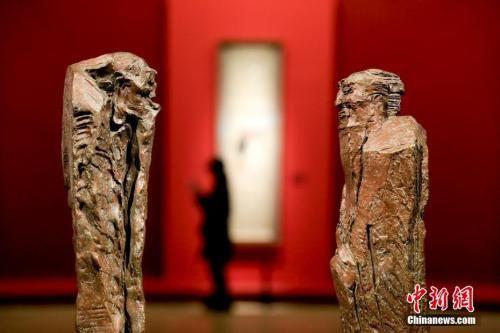 资料图:雕塑作品《问道――孔子问道老子》。中新社记者 杜洋 摄