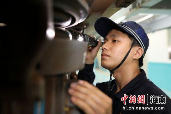 图为动车组机械师在开展动车组检修作业。
