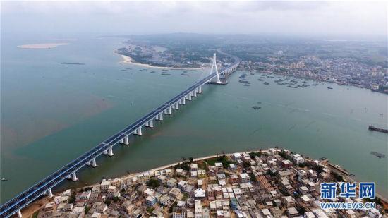 无数先辈的鲜血换来了今天的幸福生活。随着新中国的跨越式发展,海南省文昌市焕发出前所未有的生机。图为联接海口市和文昌市的跨海通道海南海文大桥。
