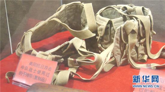 南阳人民革命斗争纪念馆内陈列的南阳抗日游击中队战士使用过的子弹带(复制品)。