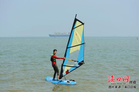 游客在海口市��家帆船帆板基地�w�帆板�_浪。���者 王程��