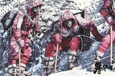 电影中的登山队员进行了艰苦的实际训练。