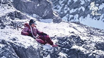 """张译赤脚在雪地中表演,被吴京称赞为""""戏痴""""。"""