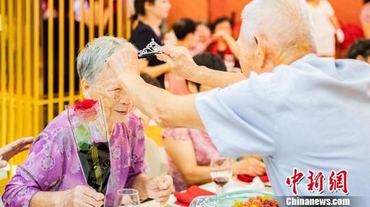 老人为妻子献上礼物,表达爱意。 李民 摄