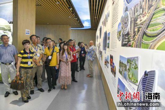 境外华文媒体参观海口市民游客中心。骆云飞摄