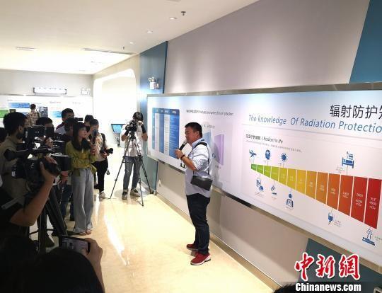图为工作人员向媒体记者介绍辐射防护知识。 尹海明 摄