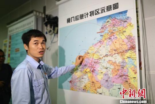 图为工作人员在海南昌江核电厂应急指挥部向媒体记者介绍该电厂的食入应急计划区示意图。 尹海明 摄