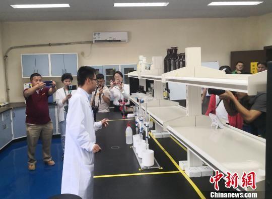 图为媒体记者参访海南昌江核电厂环境监测站的实验室。 尹海明 摄