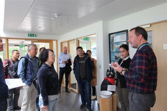 2019年海南省领导干部国家生态文明试验区建设赴英国培训班学员在学习。(图片由该班学员提供)