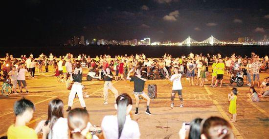 在海口�常�舞者��在�痈械墓�拍中�番上演集�w舞、�p人舞、��人秀。 本�笥�者 ��杰 �z