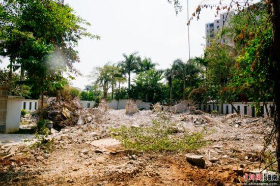 图为琼山区玉龙泉湿地公园周边的一处拆违现场,豪华房屋已经被拆除。凌楠 摄