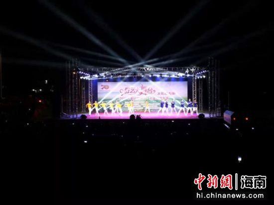 """""""群艺大舞台""""为海南省群众文化的品牌活动项目。――王子谦摄"""